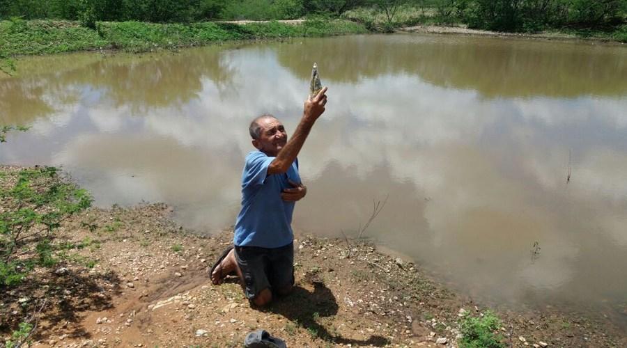 Agricultor-paga-promessa-de-joelhos-às-margens-de-açude-na-Paraíba Agricultor paga promessa de joelhos às margens de açude na Paraíba