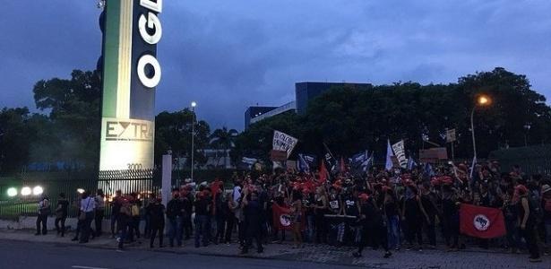 MUHERES Mulheres do MST invadem parque gráfico do jornal O Globo no Rio