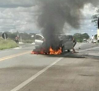 carro-pegando-fogo Carro pega fogo após colisão com Moto na BR412, na entrada da Prata.