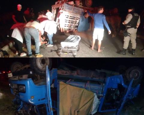 acidente_boiadeiro Caminhão boiadeiro tomba e deixa várias pessoas feridas na estrada que liga Sumé ao Congo
