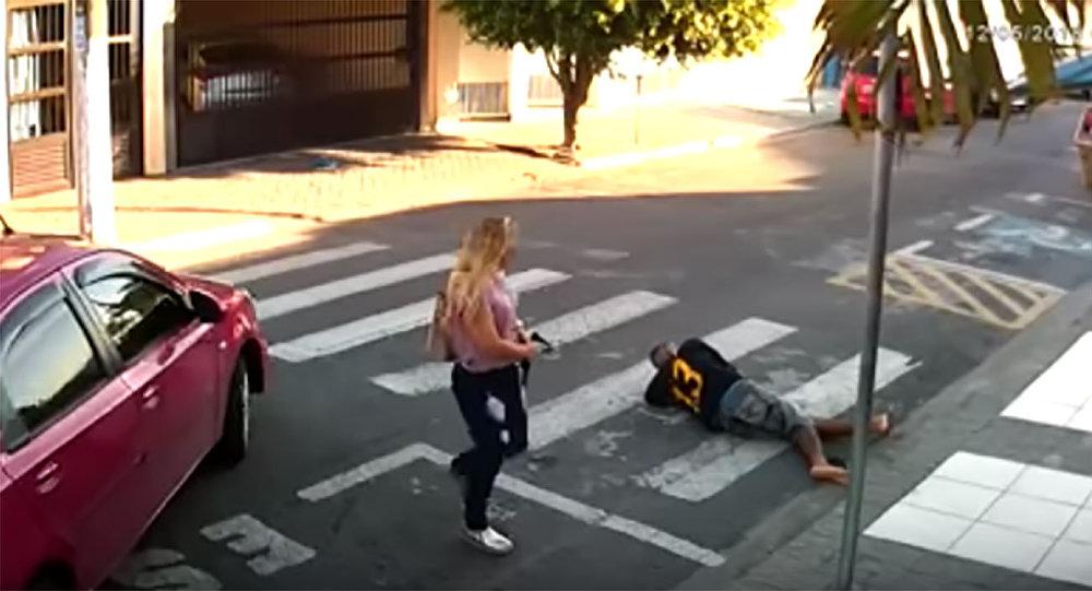 11204180 PM de folga, mãe mata bandido em frente de uma escola na Grande São Paulo (VÍDEO)