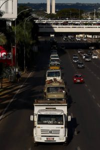 CAMINHONEIROS-200x300 Caminhoneiros mantêm greve à espera de acordo sobre diesel