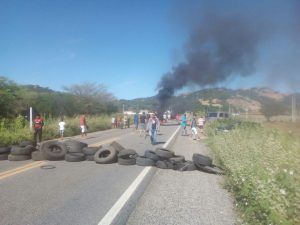 estradas-do-cariri-300x225 Mesmo após proposta do governo, greve continua e Cariri tem três pontos de bloqueios
