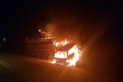 sdss Batida entre caminhão e carro de passeio causa incêndio e deixa dois mortos, em rodovia da PB