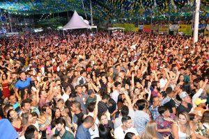 gusttavo-lima-e-nanara-1-300x200 Multidão amanhece o dia em praça pública ao som de Gustavo Lima em Monteiro