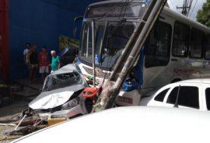 onibus-colide-poste-lagoa-450x308-300x205 Ônibus invade calçada, destrói carros e deixa feridos no Parque da Lagoa; veja vídeo
