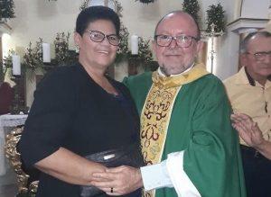 socorro_padre-600x438-300x219 GARFE OU REALIDADE? 1ª dama assume postura de prefeita durante posse do novo padre de São João do Cariri