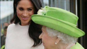 x77303790_britainP27s-queen-elizabeth-ii-r-arrives-with-meghan-duchess-of-sussex-by-royal-train-at-runc.jpg.pagespeed.ic_.p90BjRp2_h-300x169 Elizabeth e Meghan fazem primeira viagem juntas