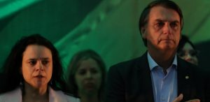 22jul2018-ao-lado-da-advogada-janaina-paschoal-o-deputado-jair-bolsonaro-chora-durante-convencao-do-psl-que-formalizou-sua-candidatura-1532273104611_615x300-300x146 Bolsonaro é oficializado candidato do PSL e chora em convenção