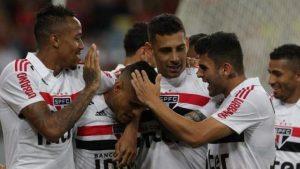 468a5915e49335979ae7e047e7eb2790-300x169 BRASILEIRÃO: São Paulo vence e encosta no líder; Corinthians e Grêmio ganham em casa