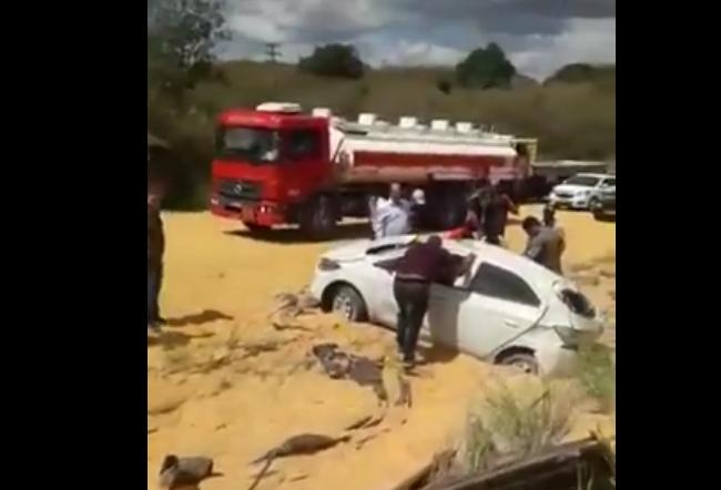 AAAA Caminhão carregado de milho tomba e deixa carros atolados em meio ao mar de milho na PB