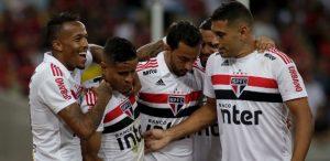 SAO-PAULO-300x146 São Paulo segura pressão do Fla e se torna vice-líder com gol de Everton