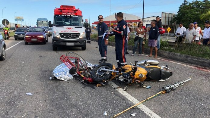 acidente-ciclista-moto-br-230-pb-ft-Walter-Paparazzo-G1-696x392-1 Acidente entre moto e bicicleta deixa ciclista morto na BR-230