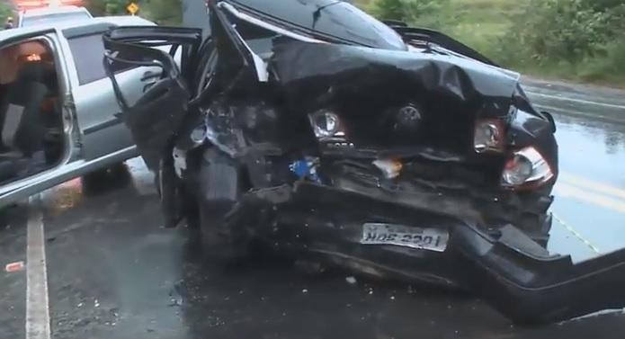 capot Quatro pessoas ficam feridas após carro capotar e bater em outro