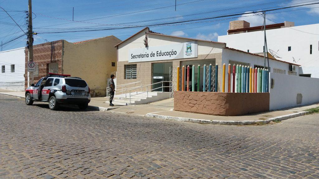 20180817_103258-1024x576 Bandidos arrombam Secretaria de Educação e levam TV e Botijões de gás em Monteiro.