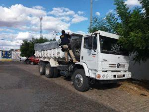caminhao-300x225 PRF apreende caminhão com dez toneladas de carga ilegal no Sertão
