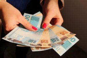 estado-paga-salarios-de-agosto-nos-dias-30-e-31-696x463-300x200 Estado continua pagamento de salários hoje (31) de agosto