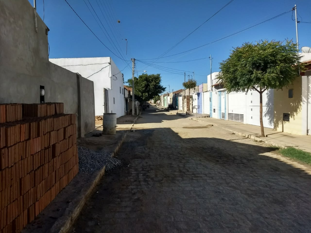 """f19280bf-ae6c-45d4-89ae-9344ca380164 Rua do """"arame"""" em Monteiro dá exemplo de cidadania com ruas limpas.."""