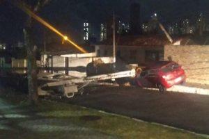 96fd2c01-609a-451c-8b1d-30bb20ca0684-1-300x200 Motorista desvia de gato na pista e carro derruba poste de energia elétrica, em João Pessoa