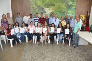 Concursados-quinta-chamada3-300x200 Prefeita, vice, vereadores e secretários municipais recebem novos concursados em Monteiro