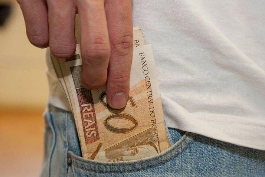 dinheiro-825x509-1 Governo inicia pagamento de agosto dos servidores estaduais na quinta-feira