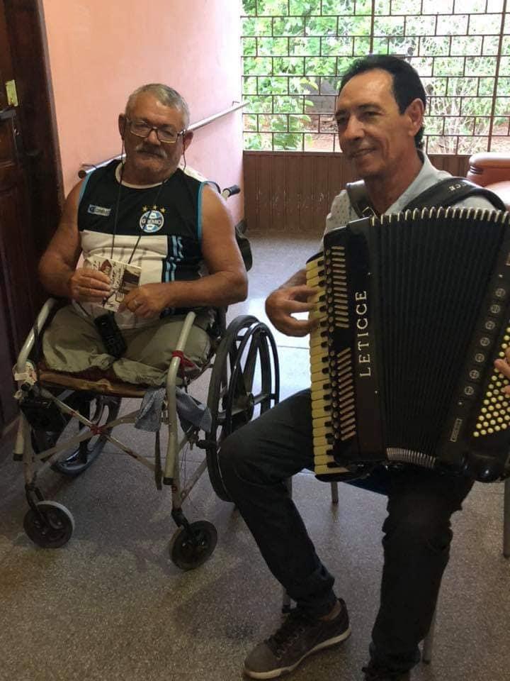 45467570_2479093402119838_6062832966688571392_n Cantor Dejinha de Monteiro realiza sonho de Idoso em Abrigo