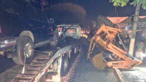 001-22-300x168 Retroescavadeira tomba de cima de caminhão e atinge rede elétrica em cidade do Cariri