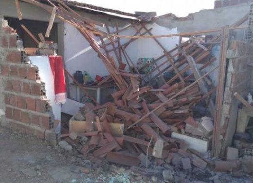 aasd-520x378 Caminhão desgovernado invade casas em cidade do Cariri