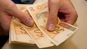 dinheiro_contando1 Estado paga servidores dias 30 e 31 de maio