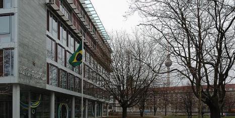 71_big Vândalos atacam embaixada do Brasil em Berlim