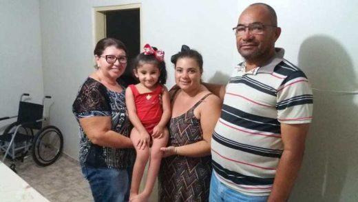 """Maria-Laura-520x293 Criança de 4 anos, nasceu com doença rara """"Ossos de vidro"""" diz que vai vender os cabelos para comprar uma cadeira de rodas"""