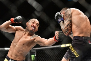 jose-aldo-desfere-soco-em-renato-moicano-1549187982614_300x200 Com marca pessoal inédita no UFC, Aldo nocauteia 'Moicano' em Fortaleza