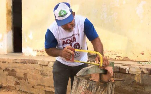 seu-vicente2-520x326 Agricultor caririzeiro usa madeira umburana para esculpir ferramentas em miniaturas