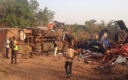 00q30r9pea0etcy2ahwwxrzfj-1-520x325 TRAGÉDIA: Colisão entre dois ônibus deixa 60 mortos
