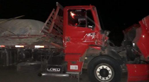 9C343FED-11A6-4AE2-985E-0A2EFA1A563F-800x445-520x289 Caminhoneiro Monteirense colidi com outro caminhão na BR-412