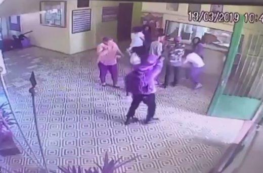 Screenshot_20190313-195026_Video-Player-520x343 Vídeo mostra assassino atirando em funcionários e alunos de escola em Suzano