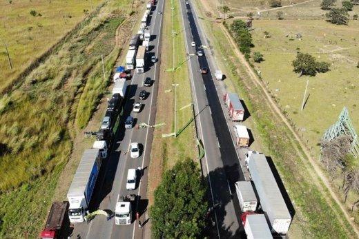 caminhoneiros-greve-840x560-520x347 Bolsonaro diz que governo vai criar cartão-caminhoneiro
