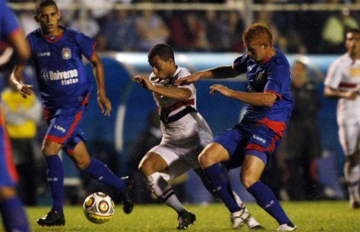 sao-caetano-x-sao-paulo-1-520x335 São Paulo só empata com rebaixado São Caetano, mas garante a classificação