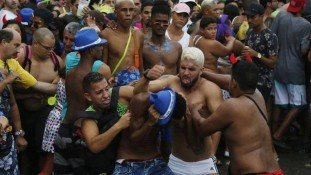 xpancadaria.jpg.pagespeed.ic_.qPO6GM-qrM Protestos deixam 183 são feridos na Argélia
