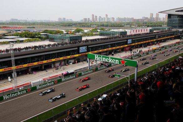 Lewis-Hamilton-voltou-585x390 Hamilton vence milésimo GP da F-1 na China e assume a ponta do Mundial