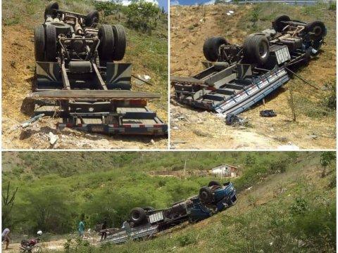 acidente-caminhão-480x360 Caminhão de carga transportando milho cai em barranco na PB