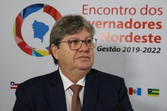 joao-azevedo-1-585x390 João Azevêdo lança concurso com salários que ultrapassam R$ 3,5 mil
