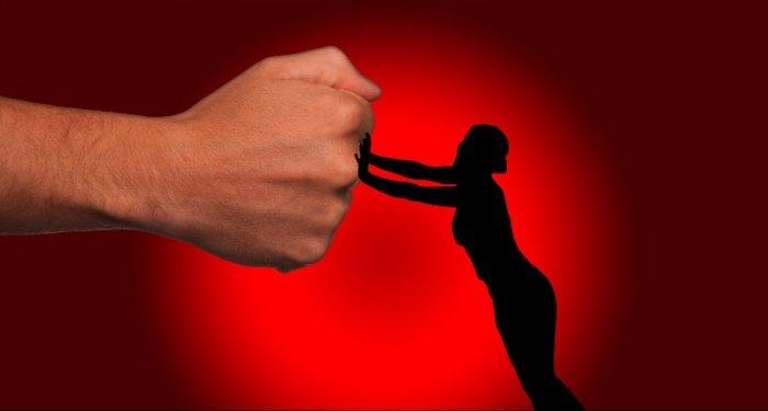 violent-homem-mulher-700x375 Homem é preso por quebrar medida protetiva e ameaçar mulher em Sertânia