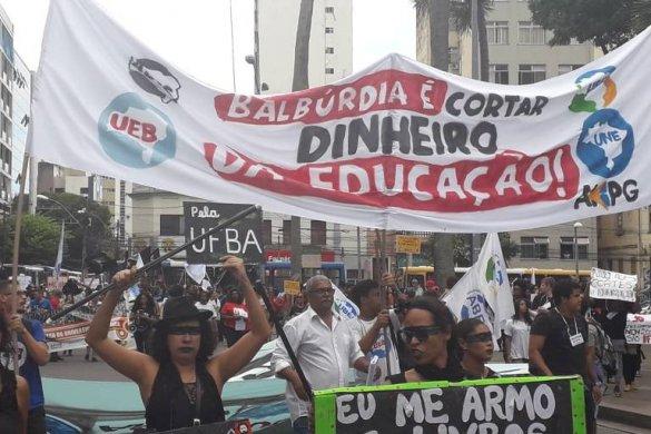 15579322225cdc28bee2287_1557932222_3x2_md-585x390 Bolsonaro diz que manifestantes contra cortes na educação são idiotas úteis e massa de manobra