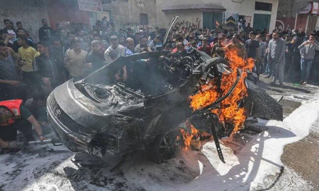 Palestinian-emergency-personnel-try-to-put-out-the-fire-on-a-car-belonging-to-Hamas--650x390 Ataques entre Israel e Hamas em Gaza já deixaram mais de 20 mortos