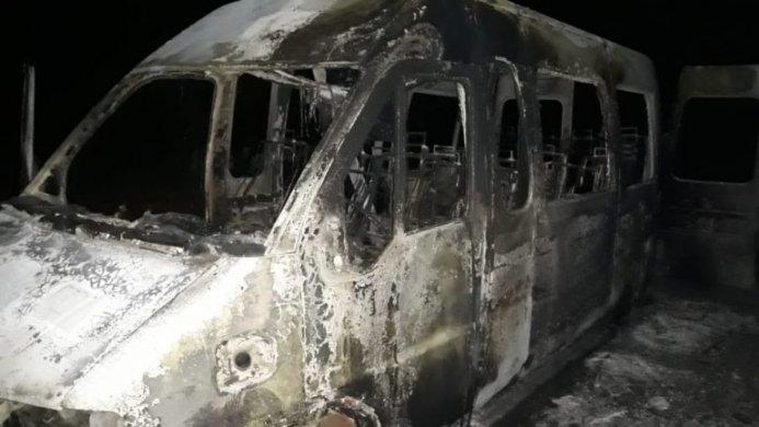 VANN-FOGO1-693x390 Van que transportava equipe de futebol pega fogo em São João do Cariri