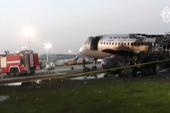 aviao-russo-585x390 Incêndio em avião russo deixa pelo menos 41 pessoas mortas
