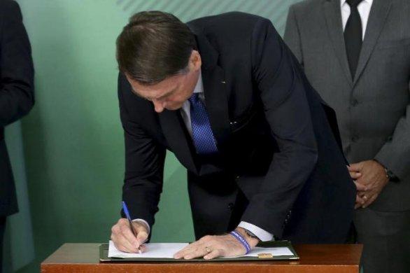 bolsonaro-lei-desarmamento-586x390 Bolsonaro assina decreto que flexibiliza posse de armas para atiradores, caçadores e colecionadores