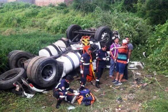 cainhão-ponte-584x390 Motorista de caminhão morre após veículo tombar em ponte na Paraíba