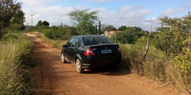 Carro tomado por assalto é encontrado próximo ao Motel em Sumé.